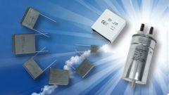 Viele verschiedene Arten von Folienkondensatoren auf blauem Hintergrund.