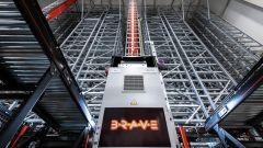 Der Roboter BRAVE bringt die Ware vollautomatisch vom Lagerplatz zur Kommissionierung oder direkt in die Verpackung.