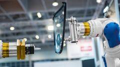 Dieses Bild zeigt einen modernen Roboterarm im industriellen Umfeld.