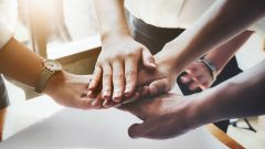 Dieses Bild zeigt Teamarbeit im Business, Zusammenarbeit bei der Arbeit.