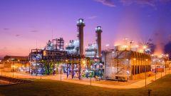 Dieses Bild zeigt ein Kraftwerk bei Nacht.