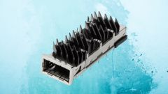 Steckverbinder mit passiver Kühlung auf blauem Hintergrund.