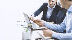 Dieses Bild zeigt ein Team, das an einem Schreibtisch zusammenarbeitet.