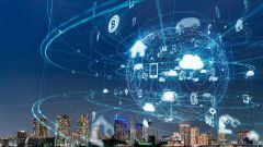 Dieses Bild zeigt ein Internet of Things-Konzept mit einer modernen Stadt im Hintergrund.