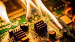 Brennende elektronische Bauteile.