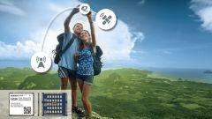 Ein Pärchen in den Bergen, die das Universal Mobile Telecommunications System (UMTS) zu ihrem Vorteil nützen.