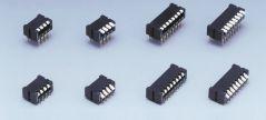 Acht DIP Schalter in verschiedenen Größen auf hellgrauem Hintergrund.