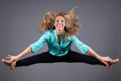 Dieses Bild zeigt Karin Krumpel, CEO von CODICO, in die Luft springen.