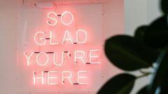 Leuchtschrift mit der Aufschrift: So glad you're here.